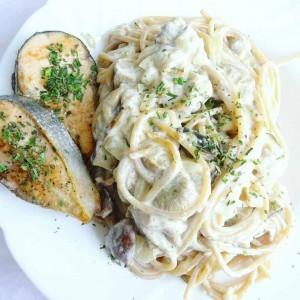 Интегрални шпагети со вргањ и лосос