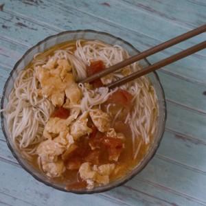 Тестенини во супа со домати и јајца (кинески веге рамен)
