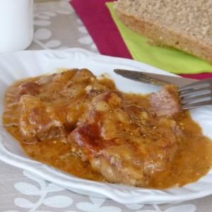 Свински врат во сос од кромид
