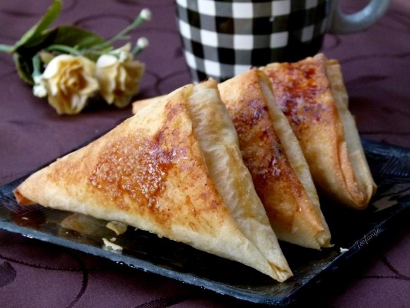 Лиснатици со фил од мармалад од кајсии и бадеми