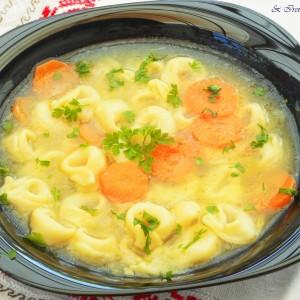 Супа со тортелини со фил од сирење