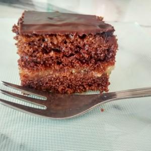 Ароматичен чоколаден колач со дуњи и бадем