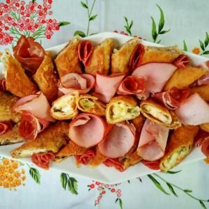 Пирошки од палачинки со руска салата