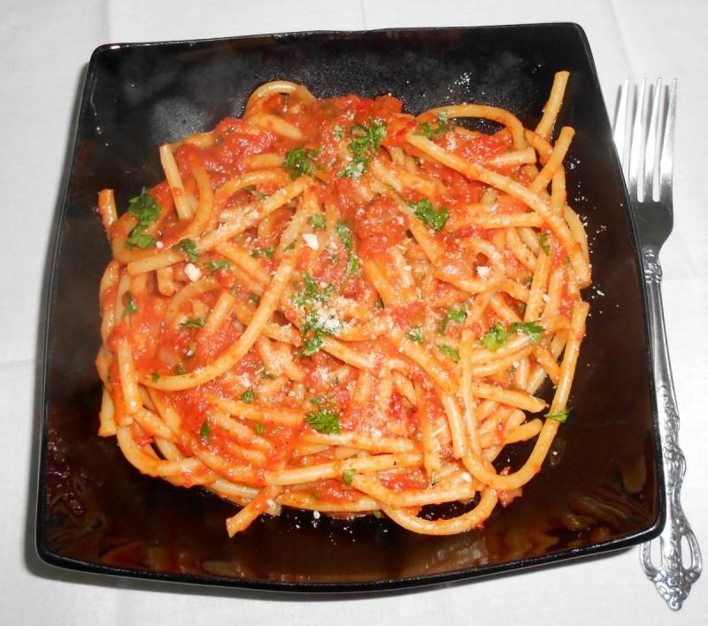 Шпагети со песто од печени пиперки и ореви