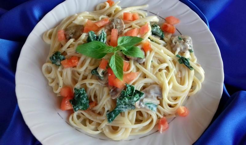 Шпагети во сос од свежи шампињони и спанаќ