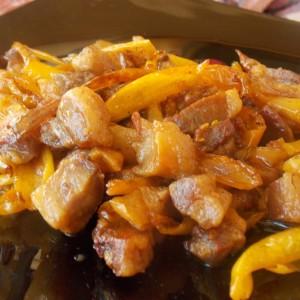 Пржено солено месо со туршија пиперки