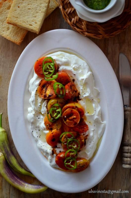 Предјадење со павлака и печени чери домати
