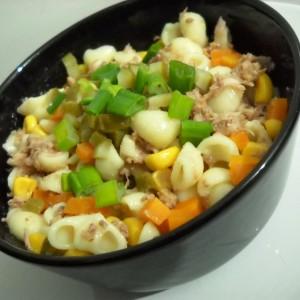 Туна салата со макарони и пченка
