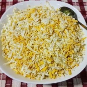 Компир салата со јајца, кромид, сирење и мајонез