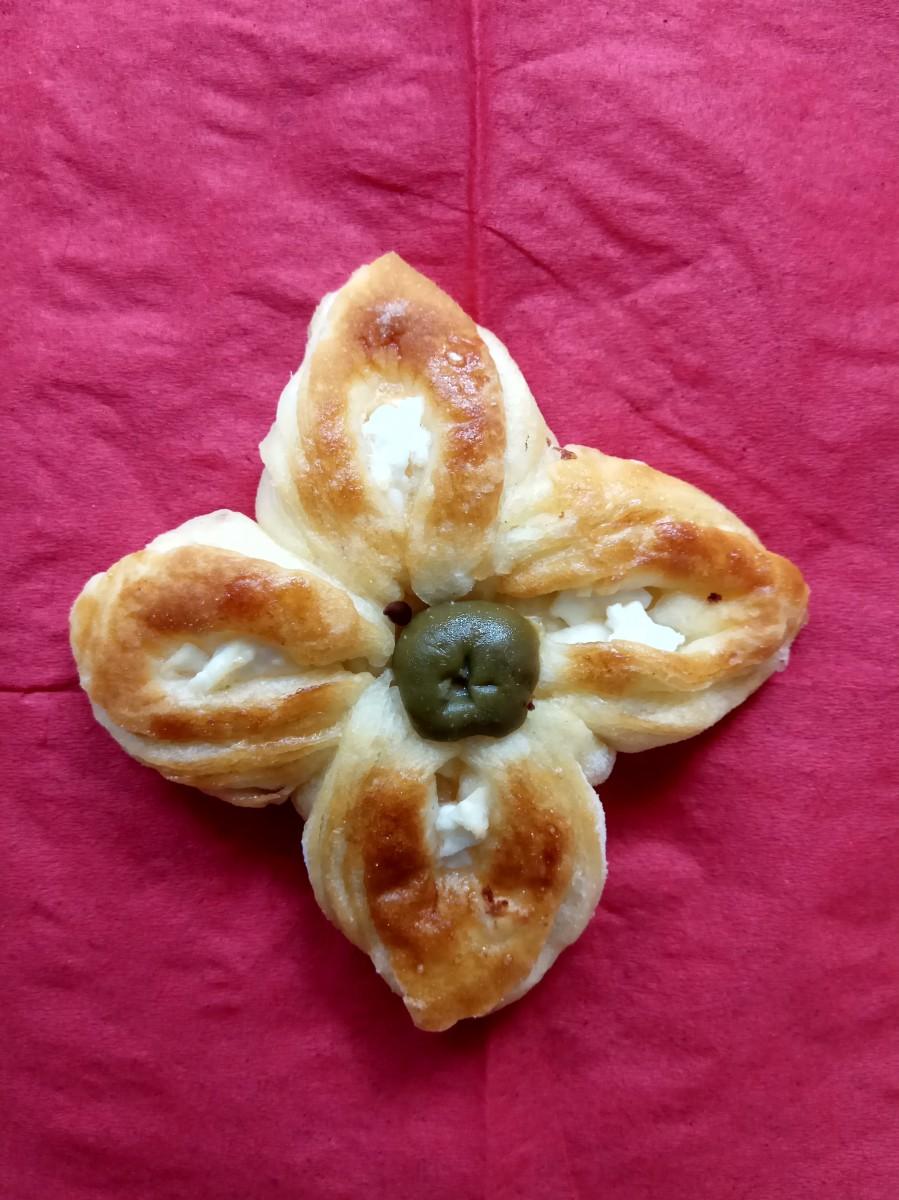 Лиснати цветови со сирење и маслинка