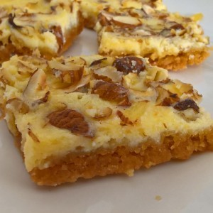 Коцки со крем сирење и лешници