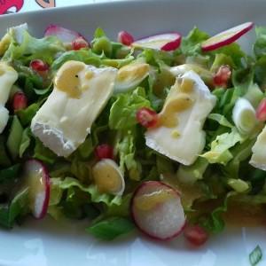 Зимска салата со бри сирење и прелив со сенф