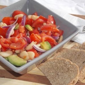 Салата од грав, домати и авокадо (посно)