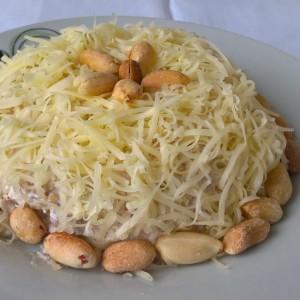 Пилешка салата со кикирики и пченка