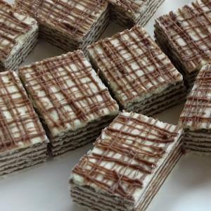 Розен коцки со фил од чоколадо, слатко кондензирано млеко и крем сирење