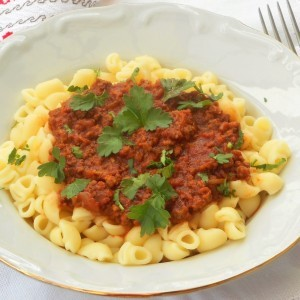 Болоњезе сос со мелено месо и макарони