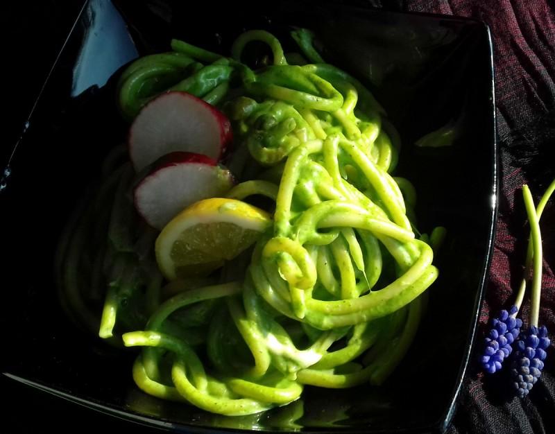 Шпагети со спанаќ, моцарела, капари  и зелени маслинки