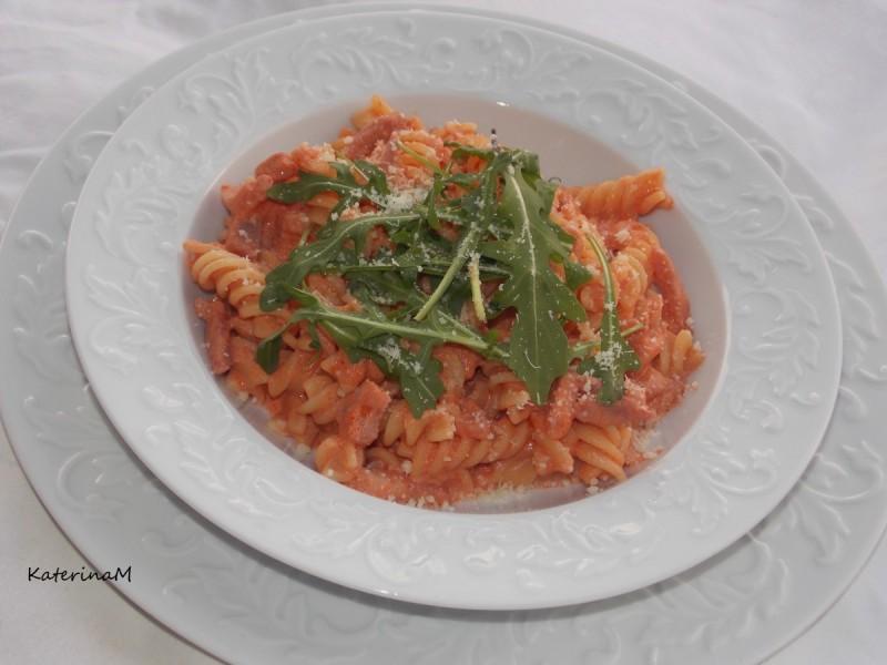 Макарони во доматен сос со павлака за готвење