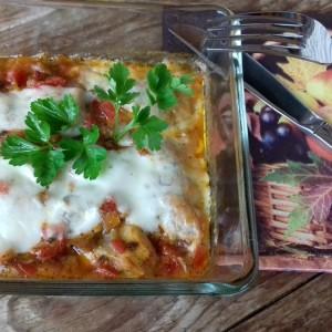 Пилешки копанчиња во доматен сос, гратинирани со моцарела