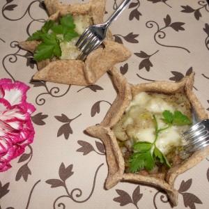 Мали интегрални тартови со фил од праз и каракушки (чичока)