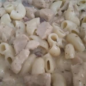 Пилешки стек во сос и макарони