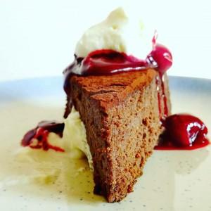 Екстра чоколадна торта со прелив од вишни