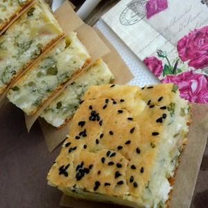 Брза пита со млад кромид, зелени маслинки, магдонос и сирење