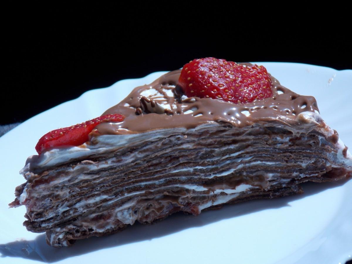 Торта со чоколадни палачинки и јагоди