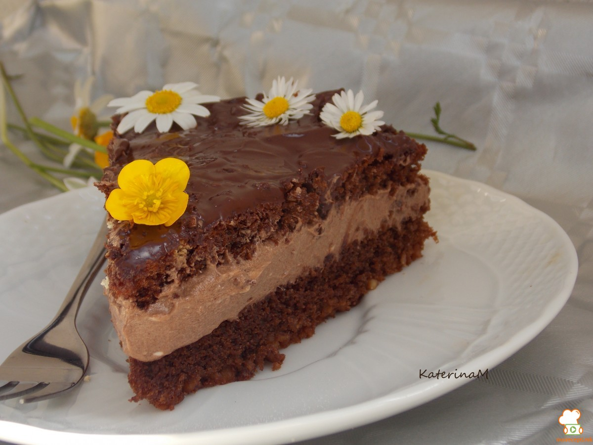 Сочна чоколадна торта со бадеми