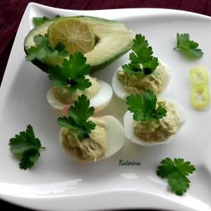 Полнети јајца со лут крем и авокадо