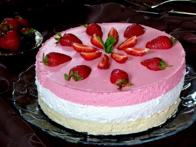 Торта со јогурт и јагоди (лажен чизкејк)