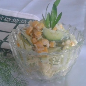 Салата со пченка, краставица, зелка и мајонез