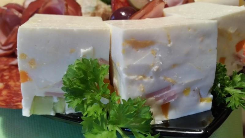 Бели коцки со желатин