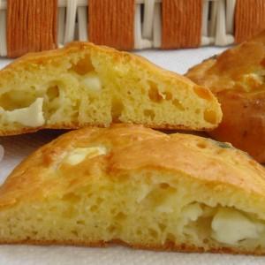 Печени погачки со кисело млеко, сирење и магдонос