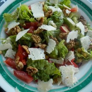 Пролетна салата сo наут, ротквици и брокула
