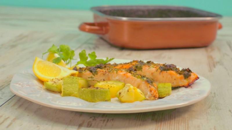 Видео рецепт: Лосос со прелив од лук и магдонос