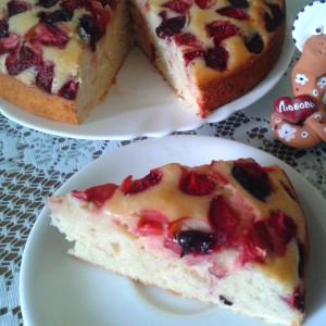 Колач со јогурт, јагоди и цреши