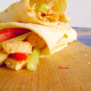 Тортилја со пилешки стек и зеленчук