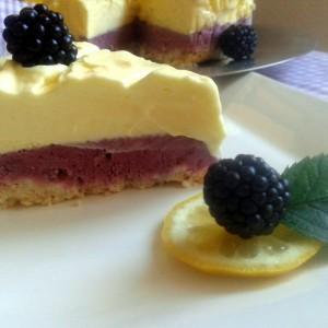 Сладолед торта со лимон и капини