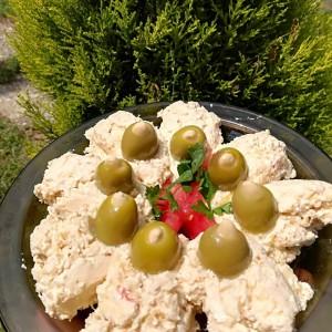 Пикантна салата со изварка и лути пиперки