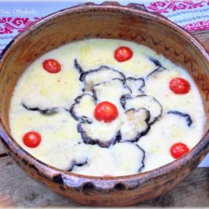 Модар патлиџан во бел сос