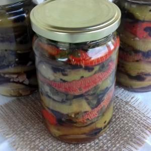 Печи-гмечи од лути везани пиперки и црни домати (зимница)