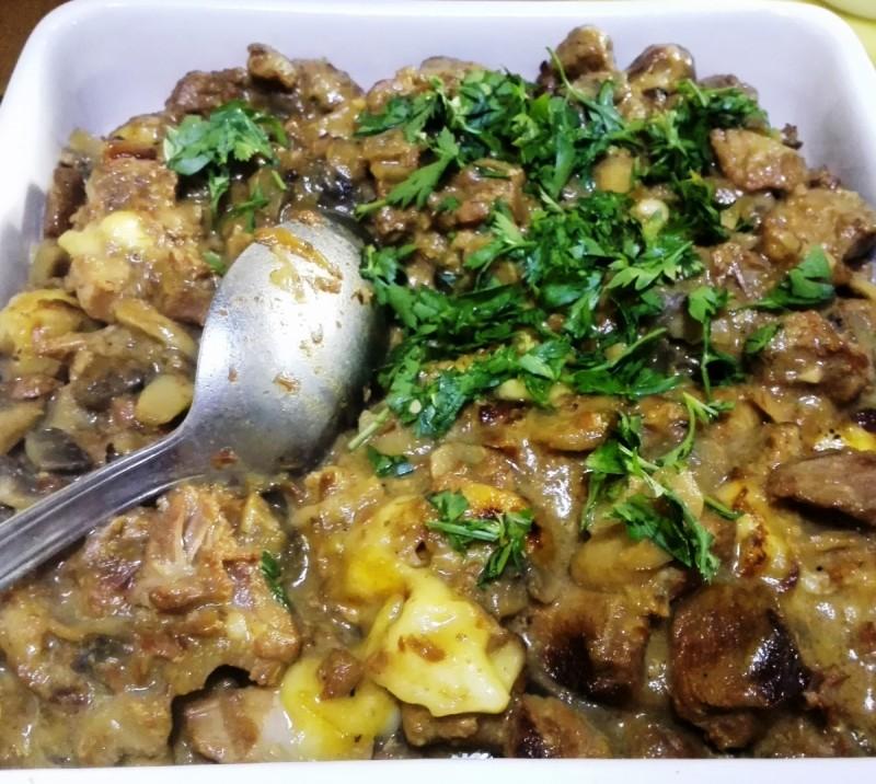 Месо со печурки со прелив од кашкавал и павлака
