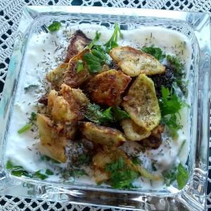 Летна салата од тиквички, кисело млеко, магдонос и ѕаѕики зачин