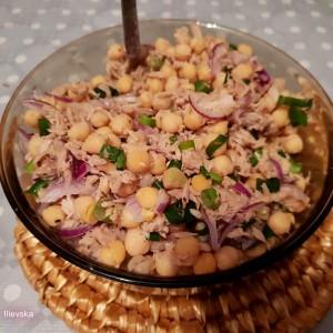 Салата од слануток (наут) и туна