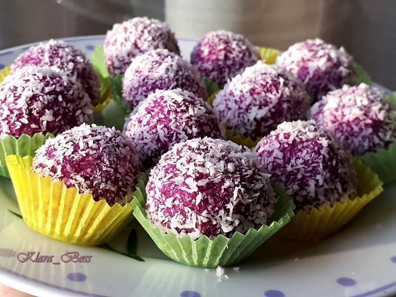 Бомбици со лилав батат компир и кокос (посно)