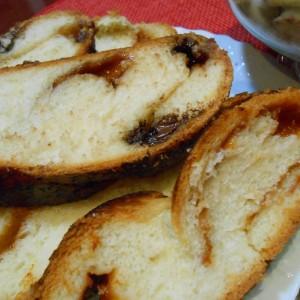 Милиброд со сецкана чоколада и мармалад од кајсија