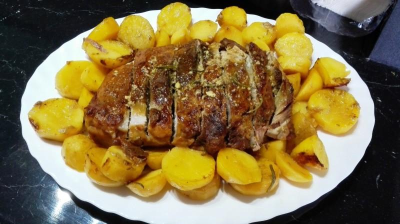 Печен свински бут во маринада од пиво и сенф со гарнир од компири
