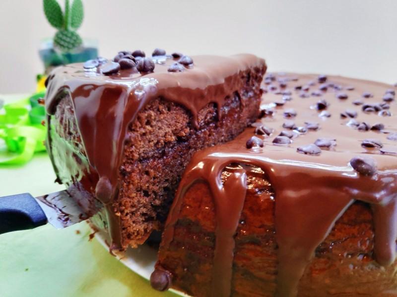 Чоколадна торта со мармалад од шипка