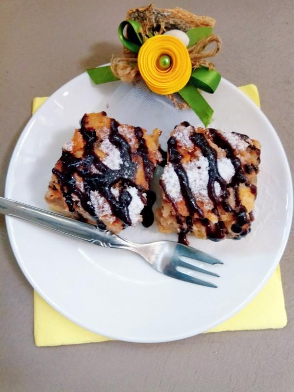 Сочен меден јаболков колач